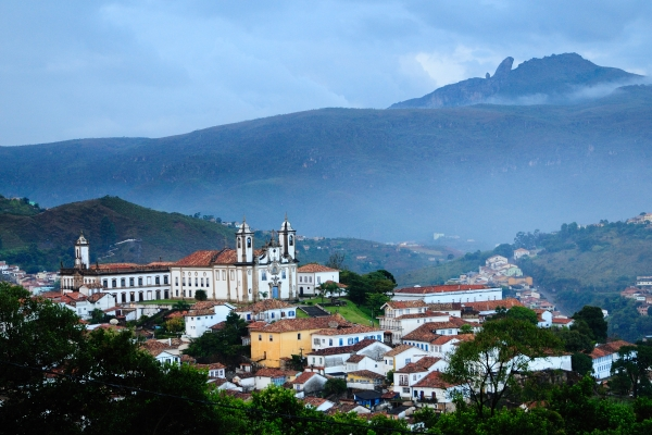 Vedere panoramica, la 6 dimineata, cu Varful Itacolomi in fundal
