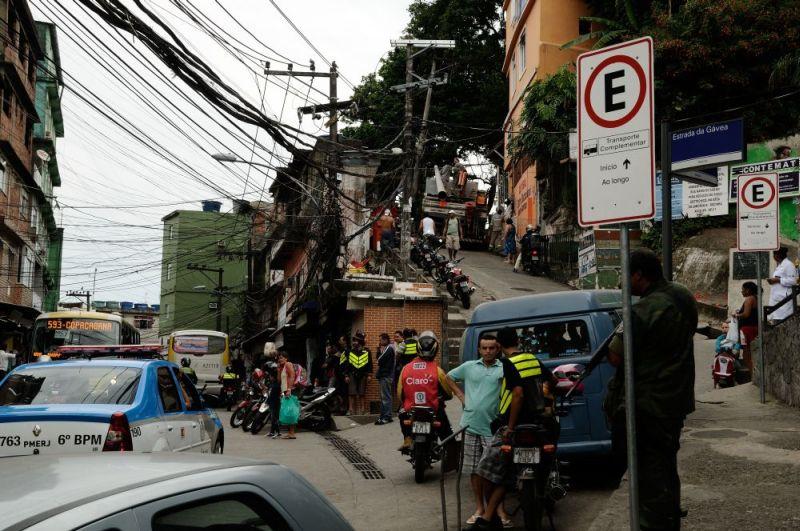 Intrarea in favela, cu soldatul pregatit, in dreapta